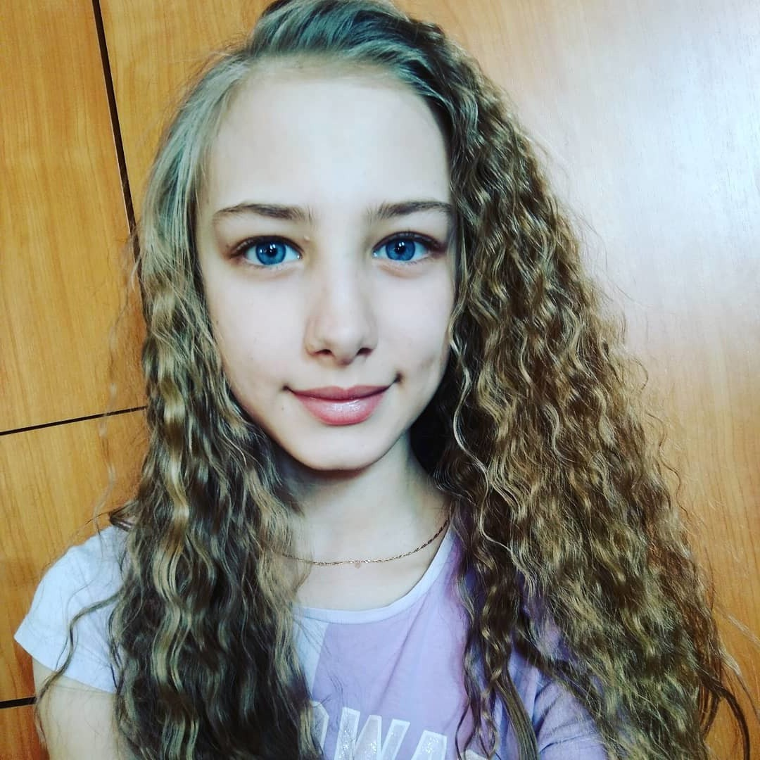 blonde curly haircut with highlights