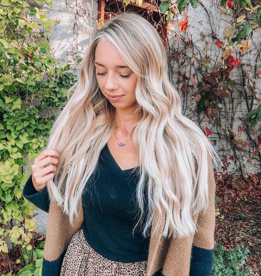 Long Wavy Blonde Hairstyle for Summer Season