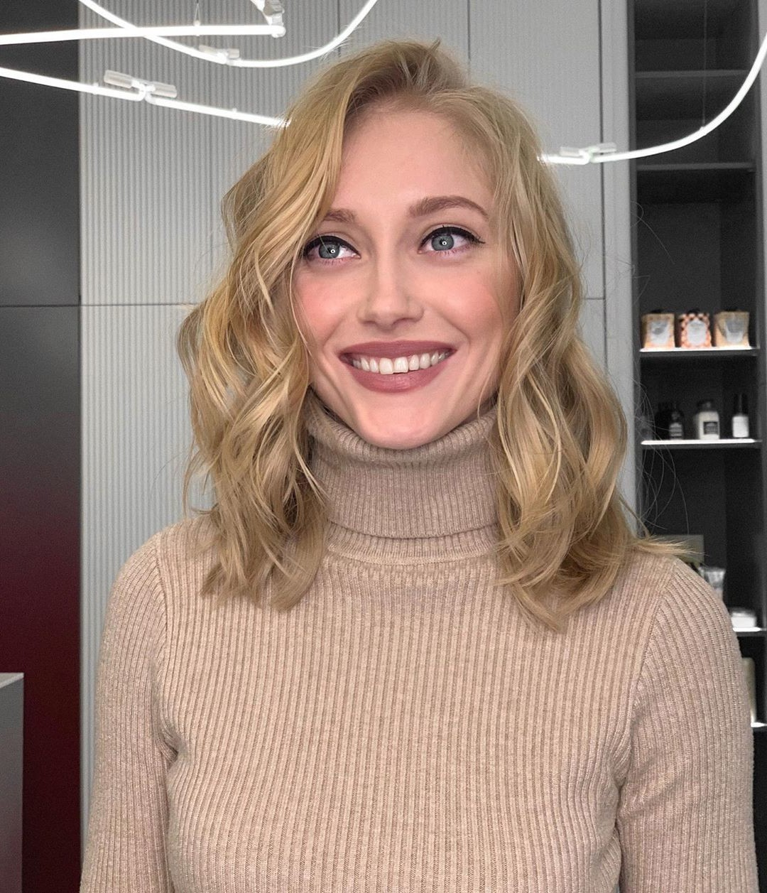 Shoulder-Length Wavy Hairstyle for Any Occasion