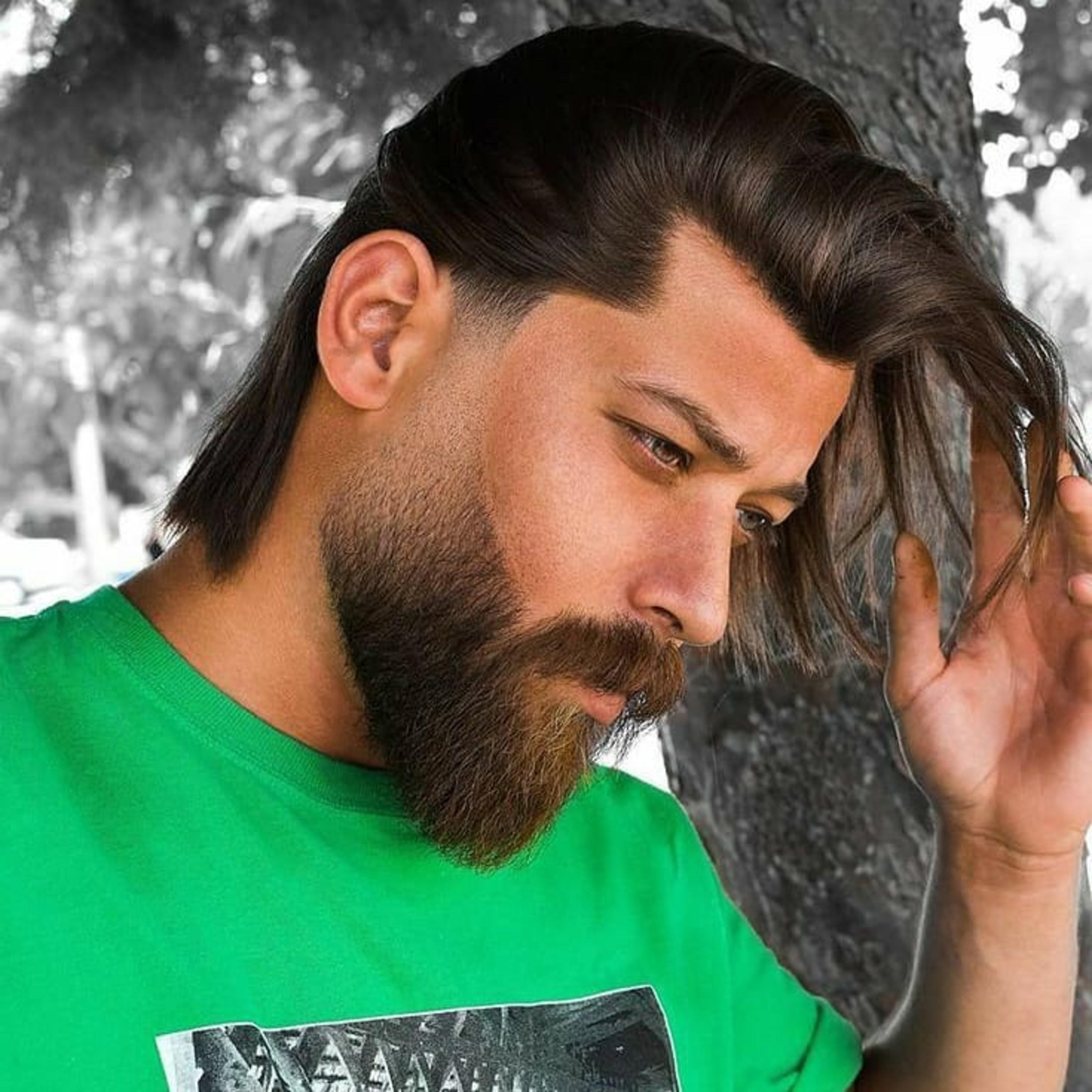 A long beard style of thin texture.