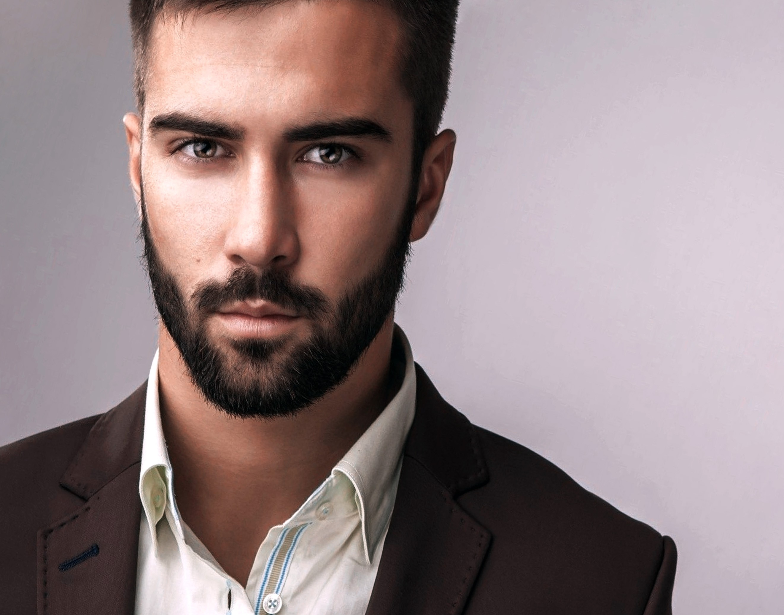A short beard for men with a round face.