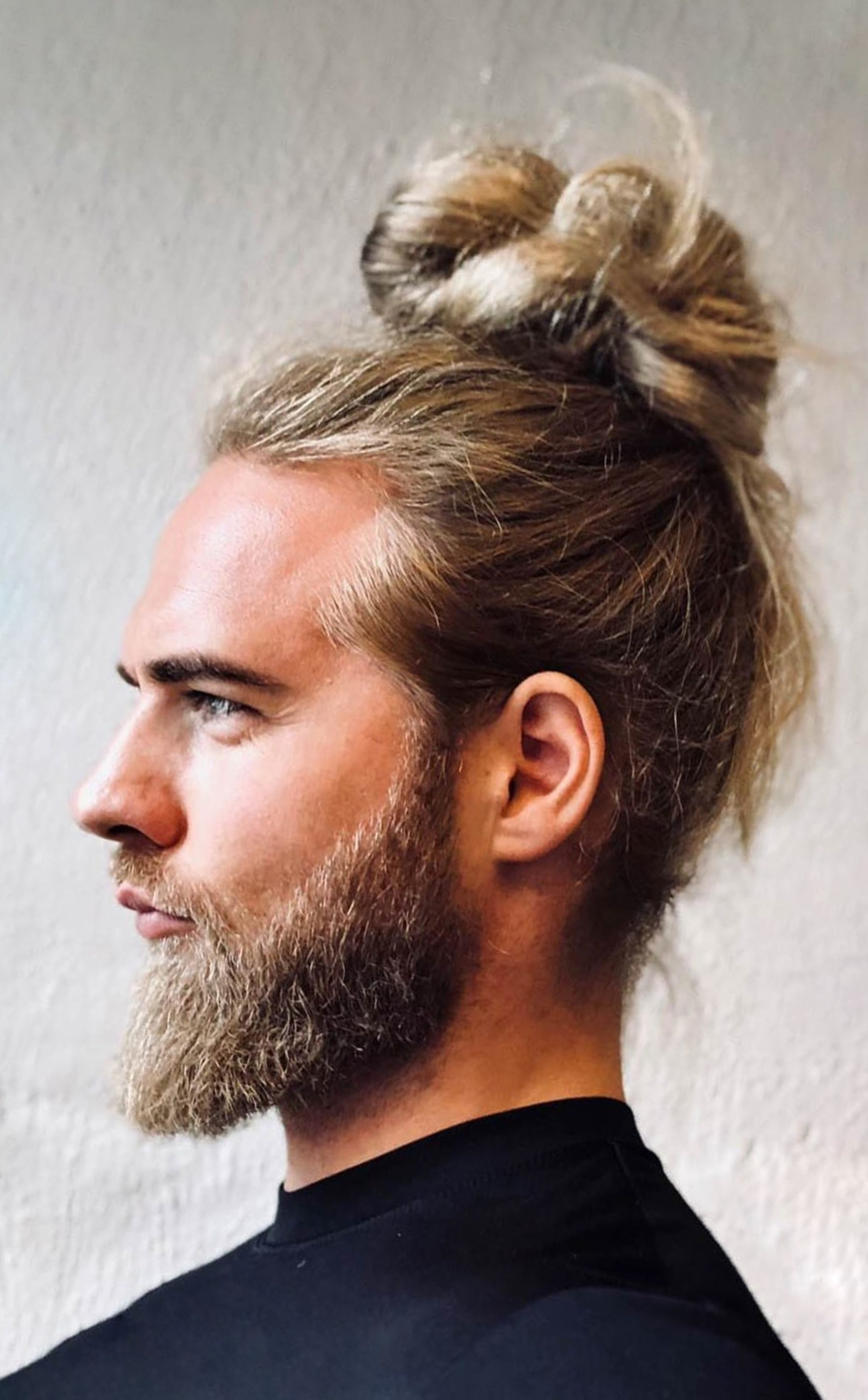 A fascinating male bun style.