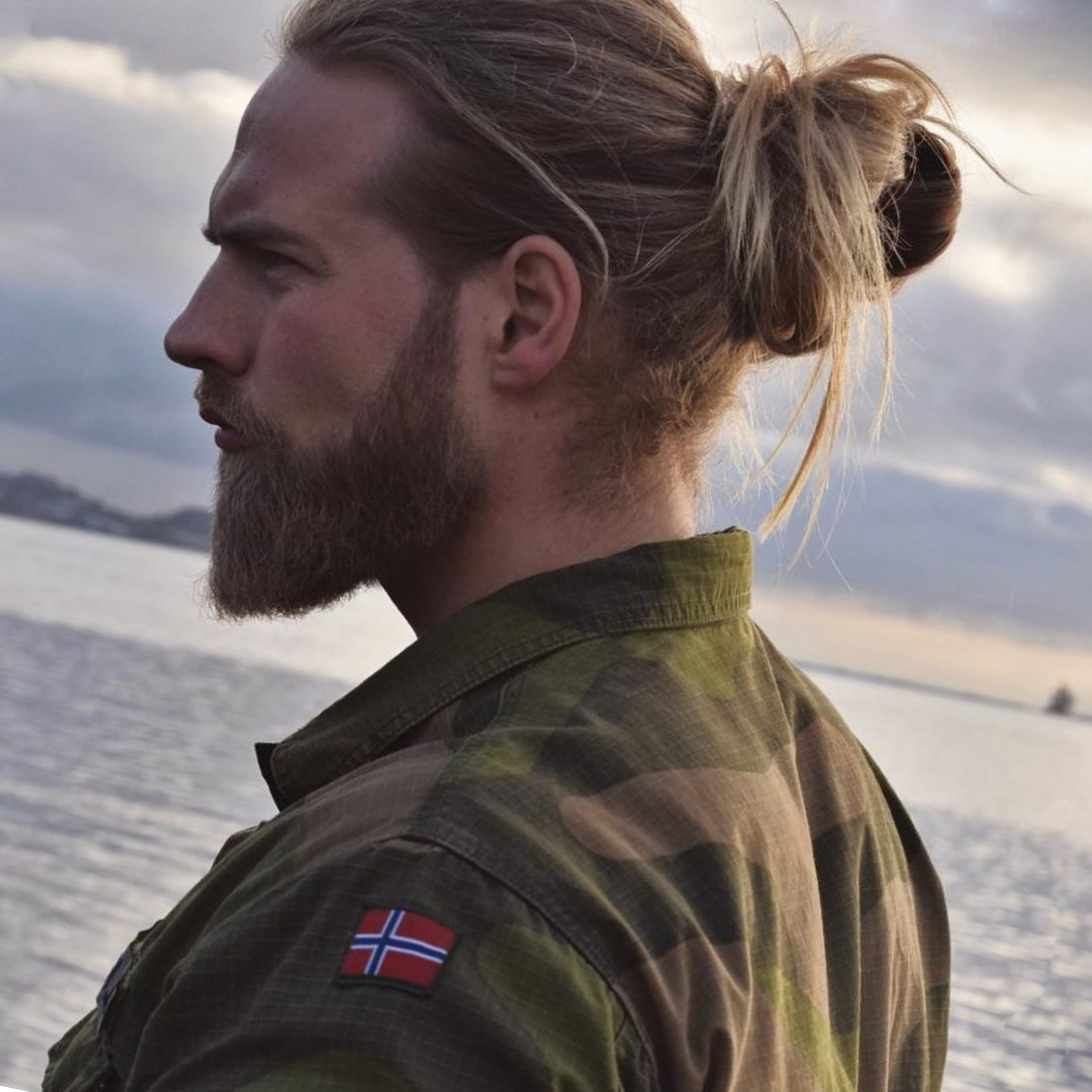 A natural-looking bun for males.